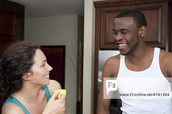 Ehefrau  lächeln  Küche  Ehemann
