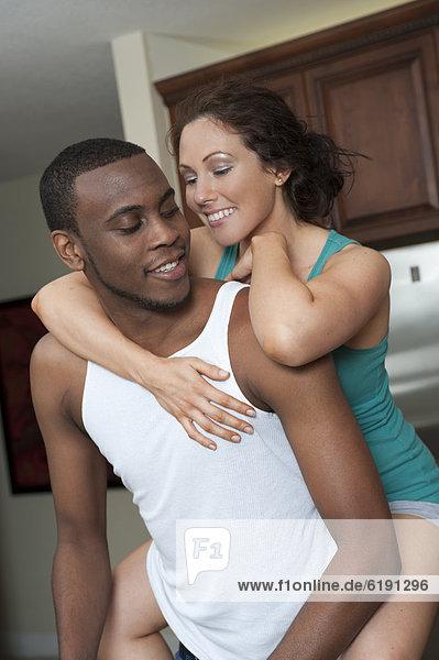 Frau  umarmen  Küche  Ehemann