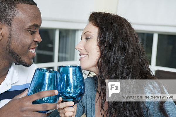 Älteres Paar bei einem Glas Rotwein