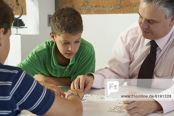 Menschlicher Vater  Sohn  Hispanier  Dominostein  spielen