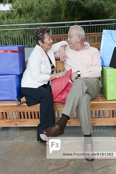 Geschenk sitzend Senior Senioren Hispanier Sitzbank Bank