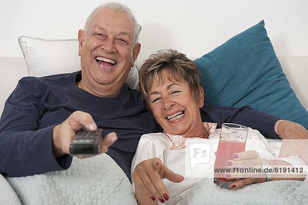 liegend  liegen  liegt  liegendes  liegender  liegende  daliegen  Senior  Senioren  sehen  Hispanier  Bett  Fernsehen