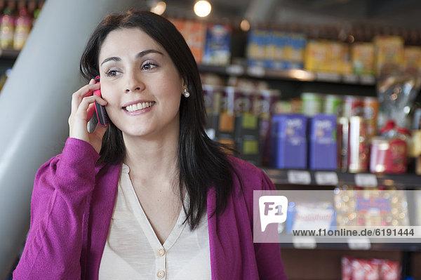 Handy  Frau  sprechen  Lebensmittelladen  Hispanier  Laden