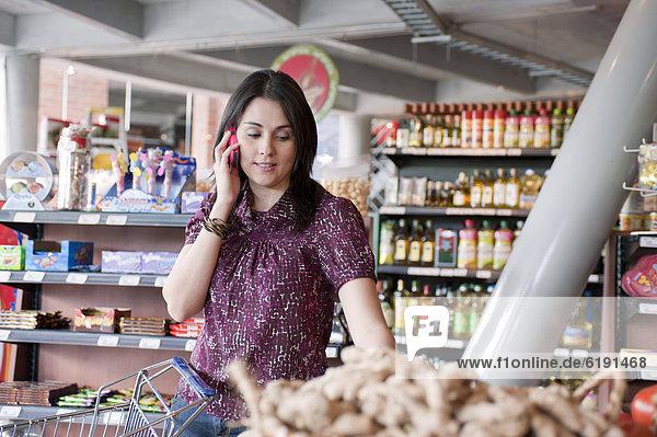 Handy  Frau  sprechen  Lebensmittelladen  Hispanier  kaufen  Laden