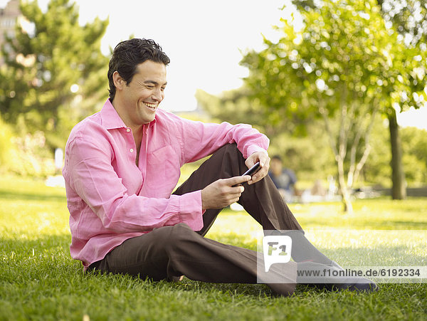 sitzend  Mann  Text  Kurznachricht  Gras