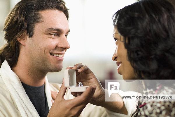 Verlobung  Mann  Freundin  geben  klingeln