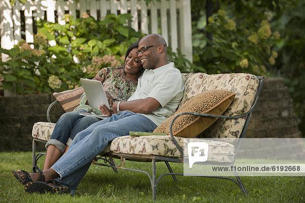 Außenaufnahme benutzen amerikanisch Tablet PC freie Natur