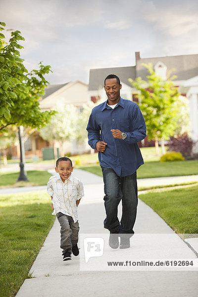 Menschlicher Vater  Sohn  Weg  rennen