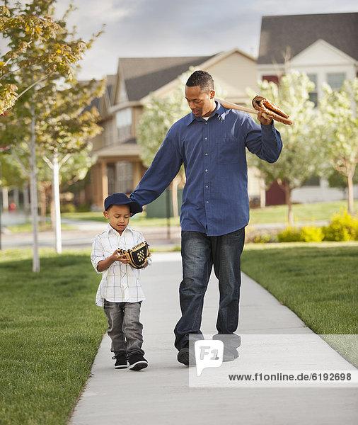 gehen  Menschlicher Vater  Sohn  Handschuh  Baseball