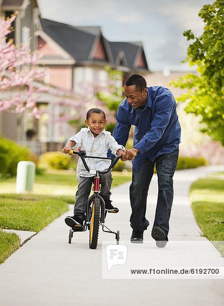 unterrichten  Menschlicher Vater  Sohn  fahren  Fahrrad  Rad  mitfahren