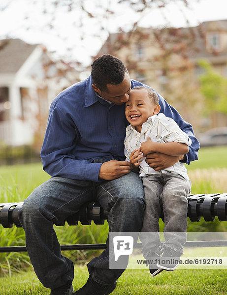 sitzend  Zusammenhalt  Menschlicher Vater  Sohn  Sitzbank  Bank