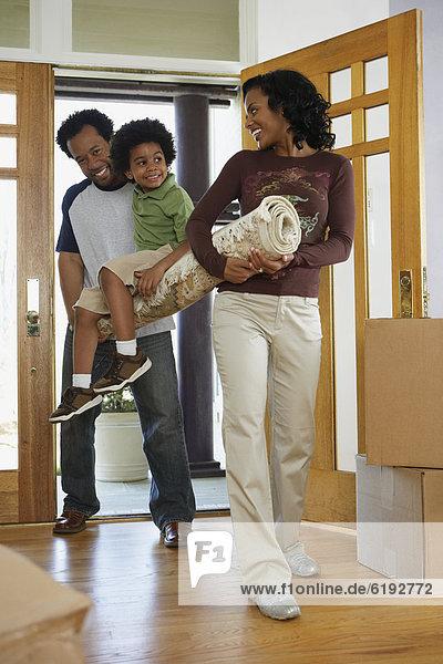 tragen Menschlicher Vater Sohn Teppichboden Teppich Teppiche Eigentumswohnung Mutter - Mensch neues Zuhause