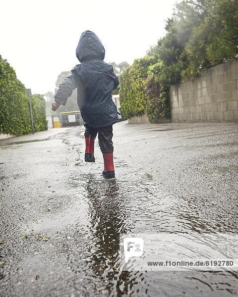 Europäer  gehen  Junge - Person  Regen  Pfütze