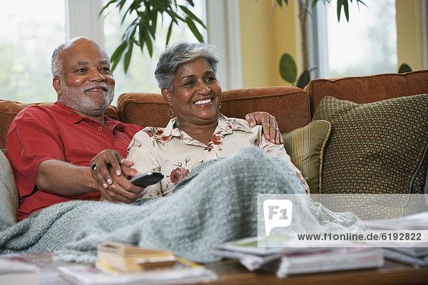 Senior Senioren sehen Fernsehen