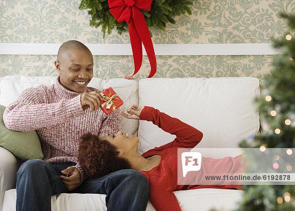 Geschenk  Mann  Freundin  geben  Weihnachten