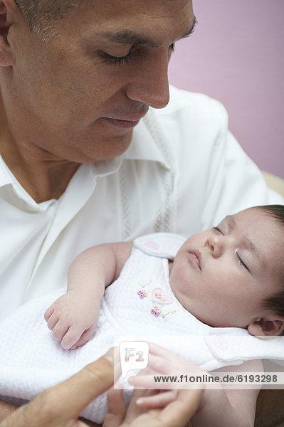 Menschlicher Vater  Hispanier  halten  Tochter  Baby