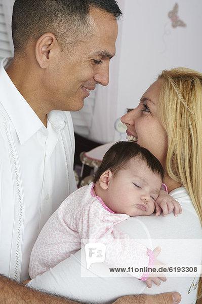 Menschliche Eltern  Hispanier  halten  Tochter  Baby