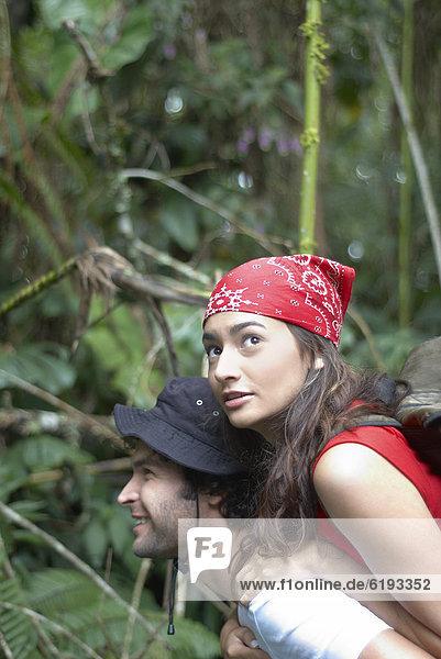 Mann  Freundin  geben  fahren  Hispanier  Wald  huckepack  mitfahren