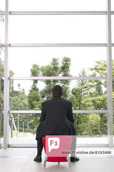 sitzend  Eingangshalle  Geschäftsmann  Hispanier  Sitzbank  Bank