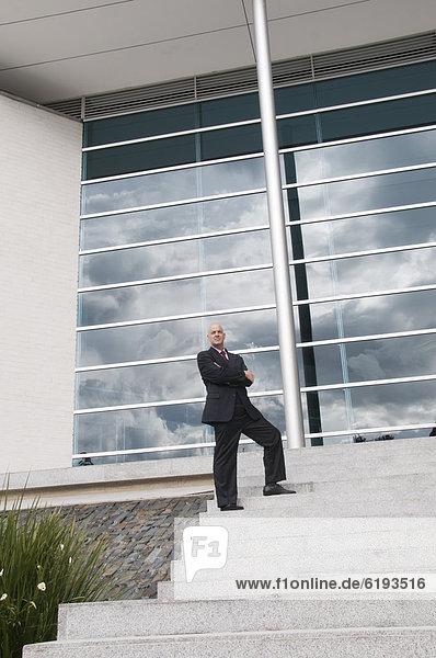 Außenaufnahme  stehend  Geschäftsmann  Hispanier  Treppenhaus  freie Natur