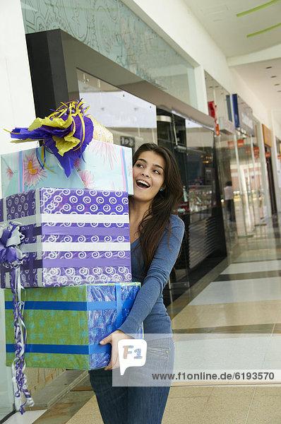 Geschenk Einkaufszentrum Jugendlicher tragen Hispanier kaufen