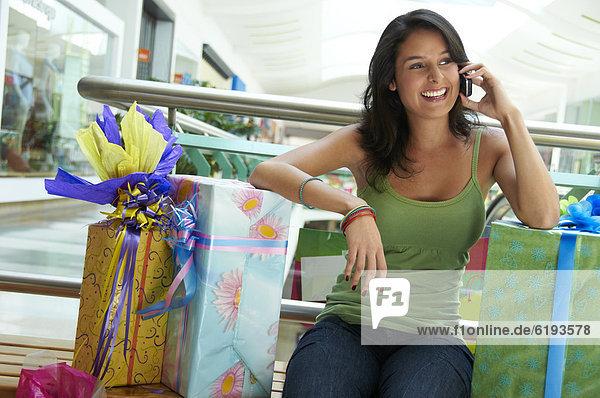Geschenk Handy sitzend Frau sprechen Hispanier
