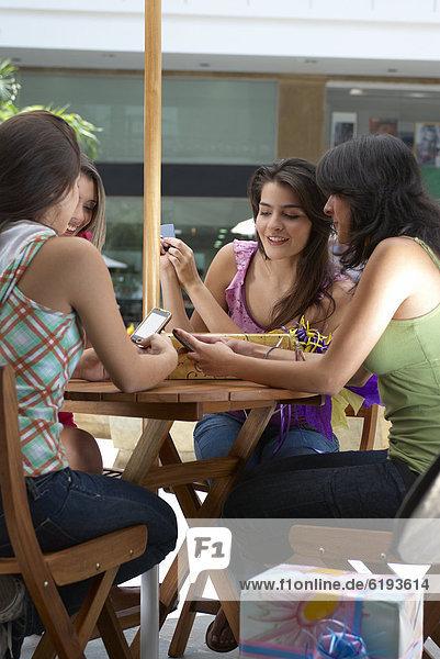 Handy Einkaufszentrum benutzen Freundschaft Hispanier kaufen
