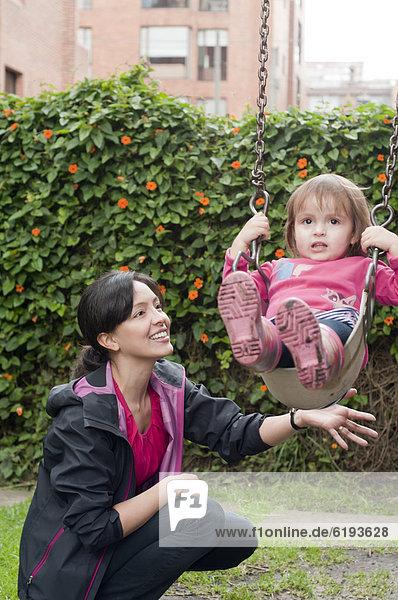 schaukeln  schaukelnd  schaukelt  schwingen  schwingt schwingend  schieben  Hispanier  Tochter  Mutter - Mensch  Schaukel