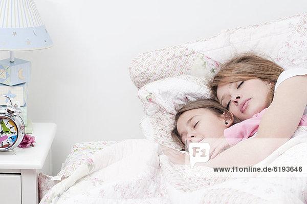 Zusammenhalt  Hispanier  Bett  schlafen  Tochter  Mutter - Mensch