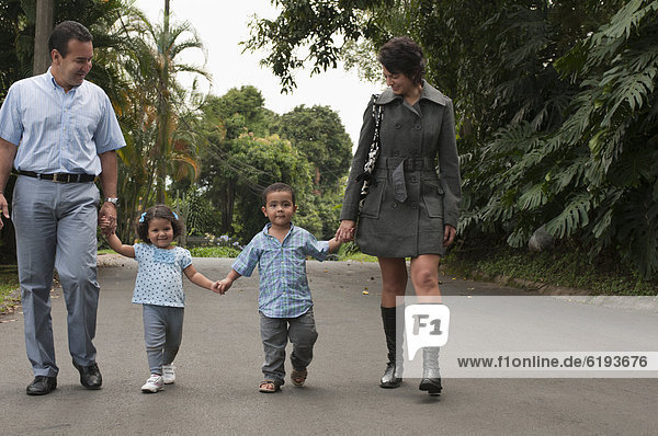 Außenaufnahme  Menschliche Eltern  Hispanier  halten  Kind  freie Natur