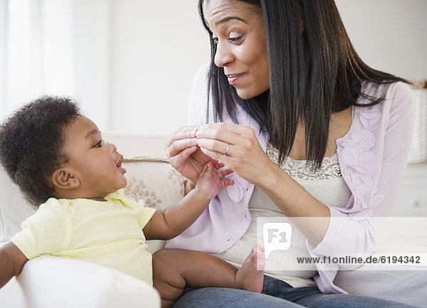 Junge - Person  amerikanisch  Mutter - Mensch  Baby  spielen