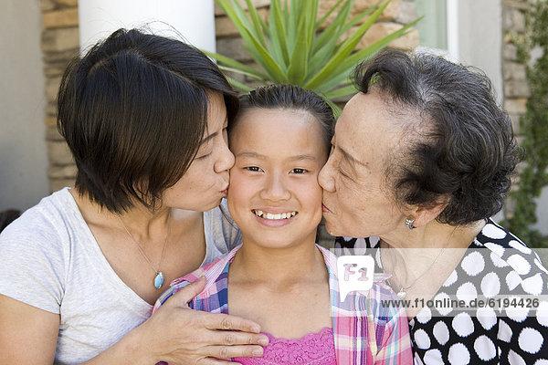 küssen  chinesisch  Großmutter  Tochter  Mutter - Mensch