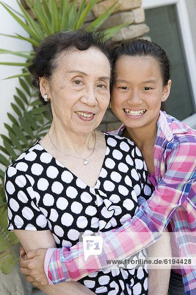 umarmen  chinesisch  Enkeltochter  Großmutter