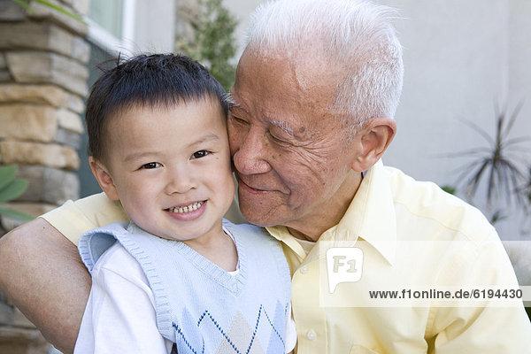 umarmen  chinesisch  Enkelsohn  Großvater