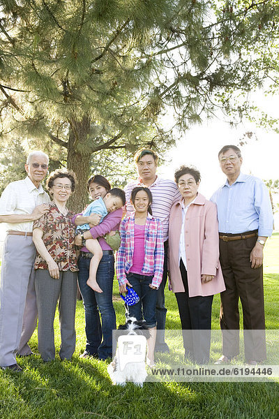 Außenaufnahme  stehend  Zusammenhalt  chinesisch  Mehrgenerationen Familie  freie Natur