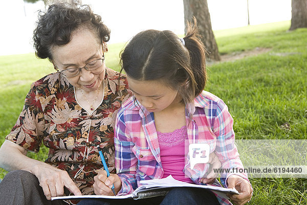 sehen  chinesisch  Enkeltochter  Großmutter  Hausaufgabe
