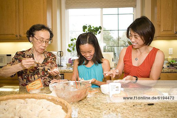 Zusammenhalt  kochen  chinesisch  Mehrgenerationen Familie