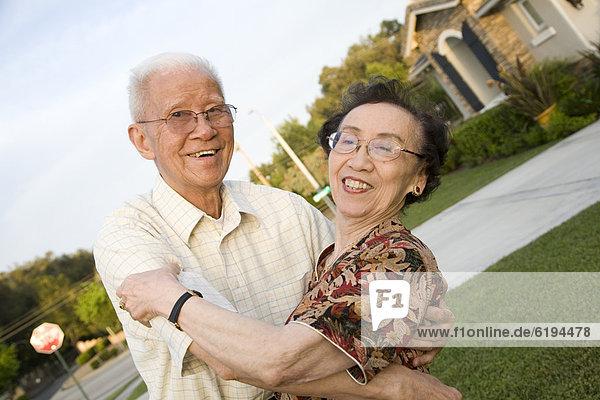 Außenaufnahme  Senior  Senioren  umarmen  chinesisch  freie Natur