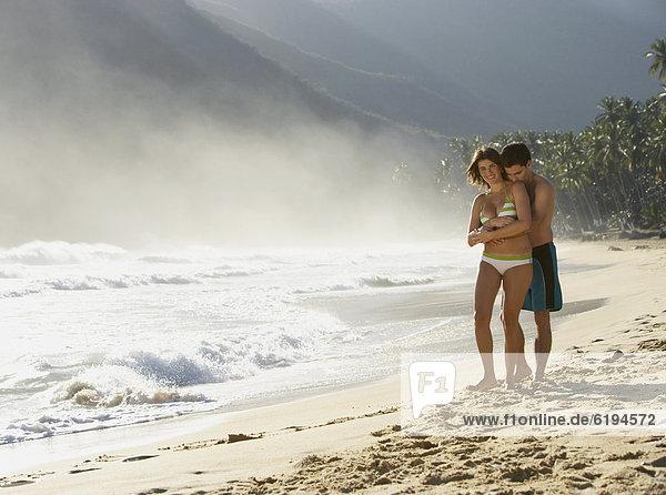 Paar umarmt sich am Meer