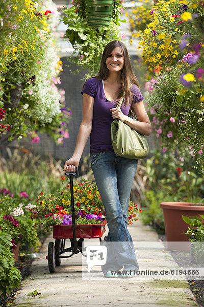Europäer Frau ziehen Pflanze Treibhaus