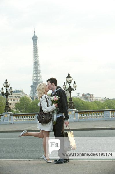 Europäer  küssen  Brücke  Hintergrund  Eiffelturm