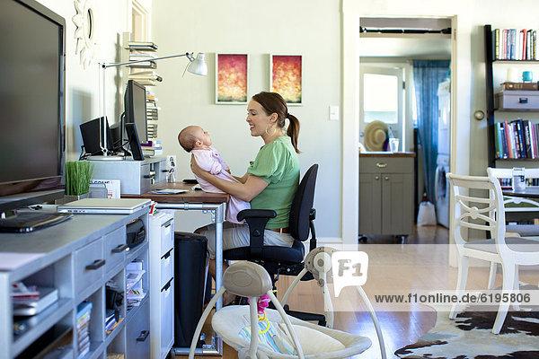 Europäer arbeiten halten Mutter - Mensch Baby Heimarbeitsplatz