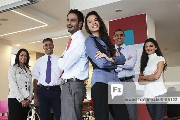 stehend  Zusammenhalt  Mensch  Büro  Menschen  lächeln  Hispanier  Business