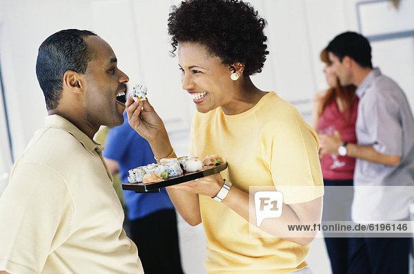 Frau  Sushi  füttern  Ehemann