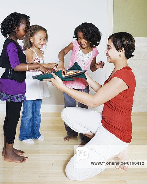 Frau  geben  Mädchen  Keks
