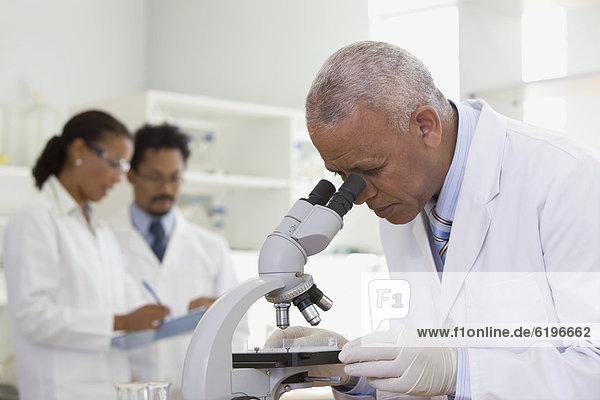 Labor  Wissenschaftler  Analyse  zeigen  Mikroskop