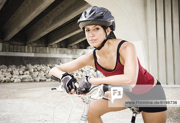 sitzend  Städtisches Motiv  Städtische Motive  Straßenszene  Straßenszene  Frau  Hispanier  Zimmer  Fahrrad  Rad