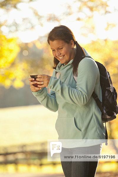 Handy  Außenaufnahme  benutzen  Jugendlicher  Europäer  freie Natur