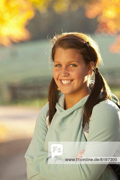 Außenaufnahme  stehend  Jugendlicher  Europäer  lächeln  freie Natur