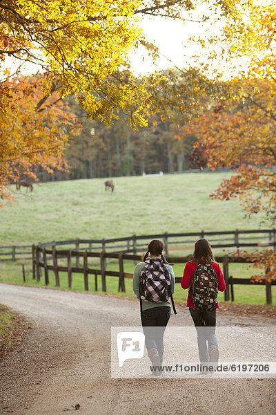 Zusammenhalt  Europäer  Ländliches Motiv  ländliche Motive  gehen  Fernverkehrsstraße  Mädchen